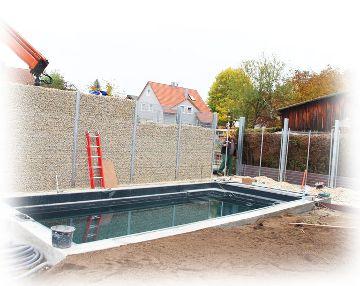 Zaungabione als Sichtschutz vor Pool - noch nicht fertig