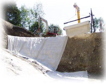 Verlegung von Bentonit an einem steilen Hang
