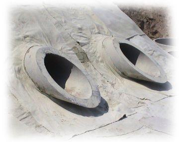 Verlegung von Bentonit um zwei Abflussrohre